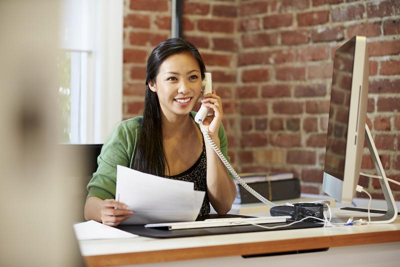 Eine Frau möchte sich telefonisch bewerben.