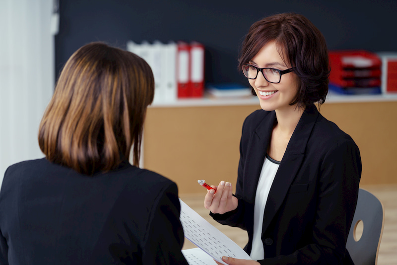 Zwei Frauen führen ein Personalentwicklungsgespräch.