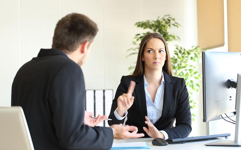Eine Frau sagt auf der Arbeit Nein zu einem Mann