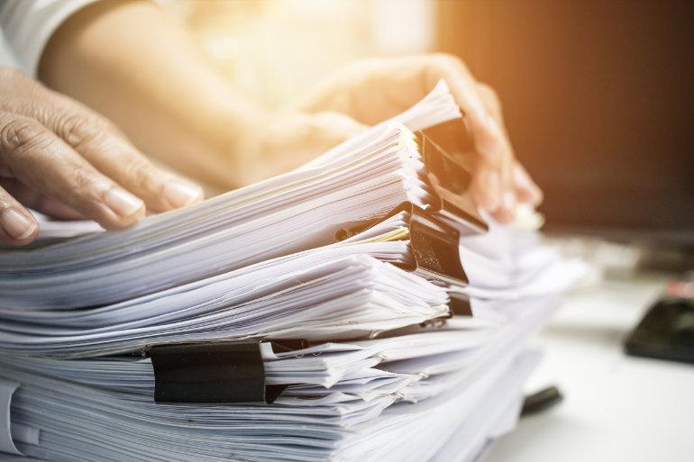 Unterlagen ohne Anlagenverzeichnis auf Schreibtisch