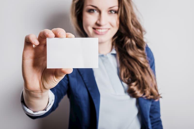 Eine Frau hält eine Karte vor sich