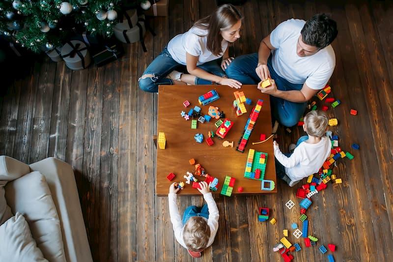 Eltern spielen mit ihren zwei Kindern