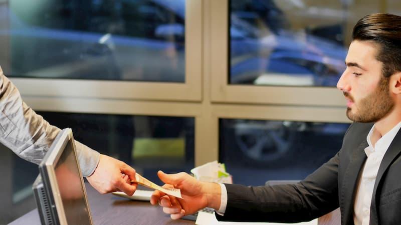 Mann erhält Geldscheine in die Hand