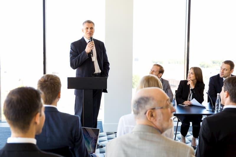 Ein Mann mit Mikrofon spricht im Meeting