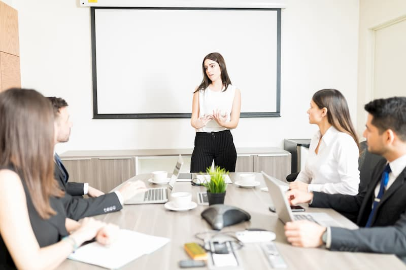 Eine Geschäftsführerin klärt im Konferenzraum über die betriebsbedingte Kündigung auf