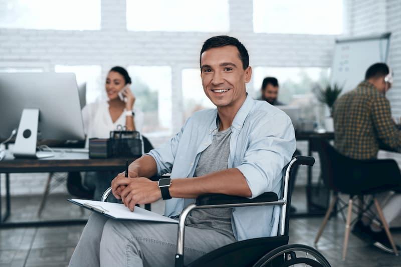Ein Mensch sitzt in einem Rollstuhl, mit einer Schwerbehinderung gilt für ihn Unkündbarkeit