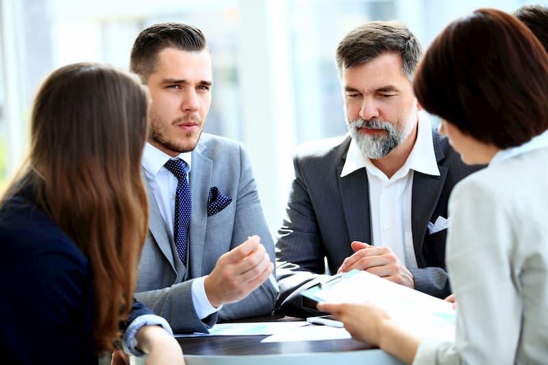 Der Betriebsrat diskutiert mit dem Geschäftsführer über einen Tarifvertrag