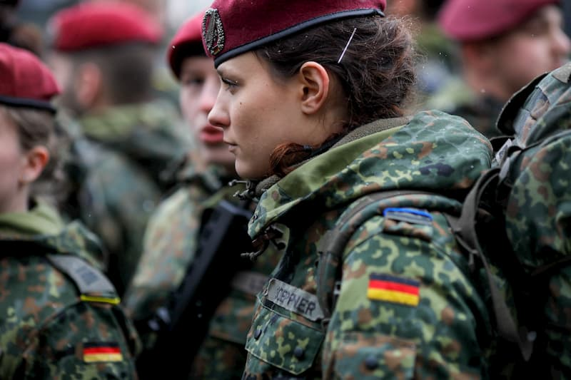 Eine Soldatin bei der Bundeswehr von der Seite
