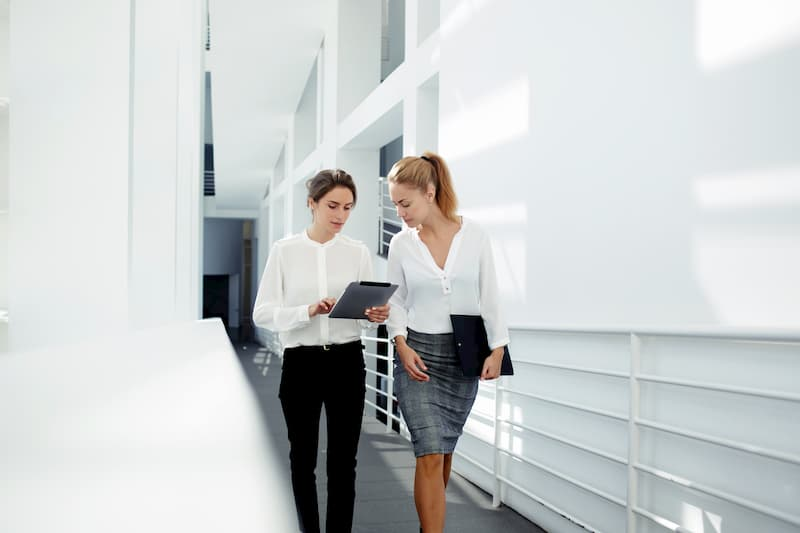 Eine Chefin übt das Direktionsrecht aus und erklärt einer Angestellten eine neue Aufgabe