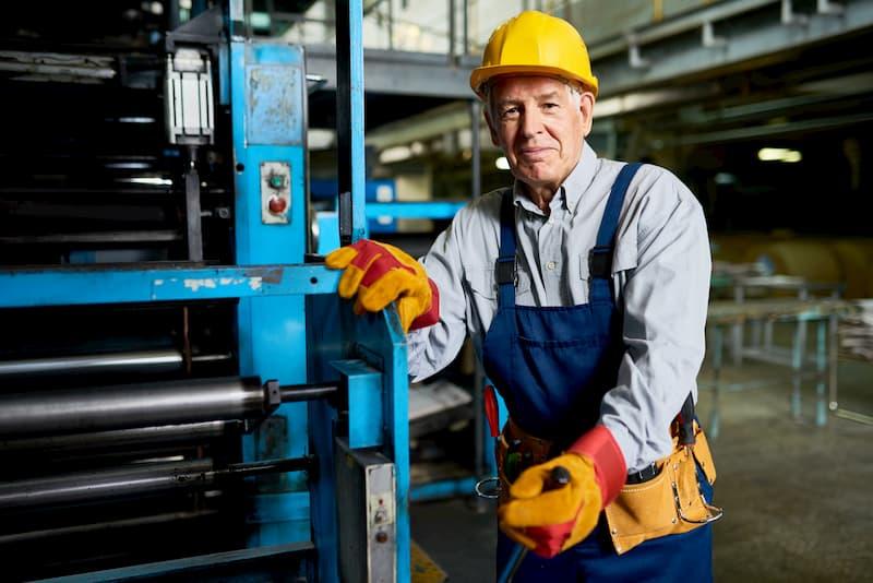 Ein älterer Arbeitnehmer in der Fabrik ist in Altersteilzeit