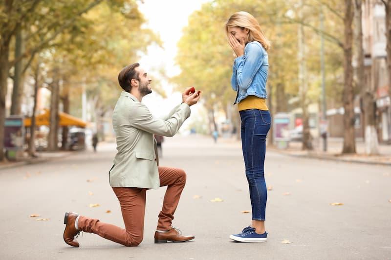 Ein Mann macht einen Heiratsantrag, eine Folge einer Heirat ist der Wechsel der Steuerklasse