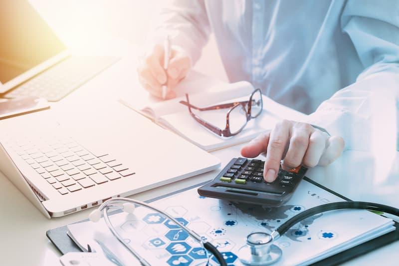 Ein Mann rechnet auf dem Taschenrechner durch ob sich eine Gewinnbeteiligung lohnt