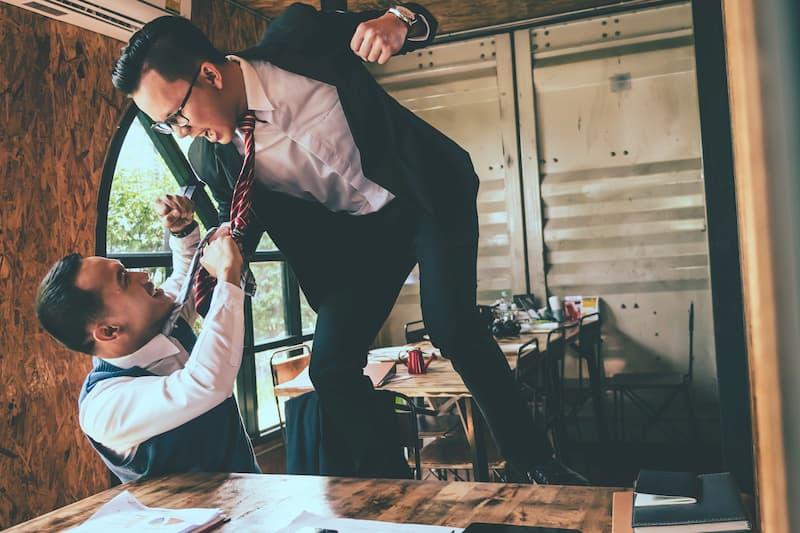 Zwei Geschäftsmänner prügeln sich am Arbeitsplatz, das kann zu einer Verdachtskündigung führen