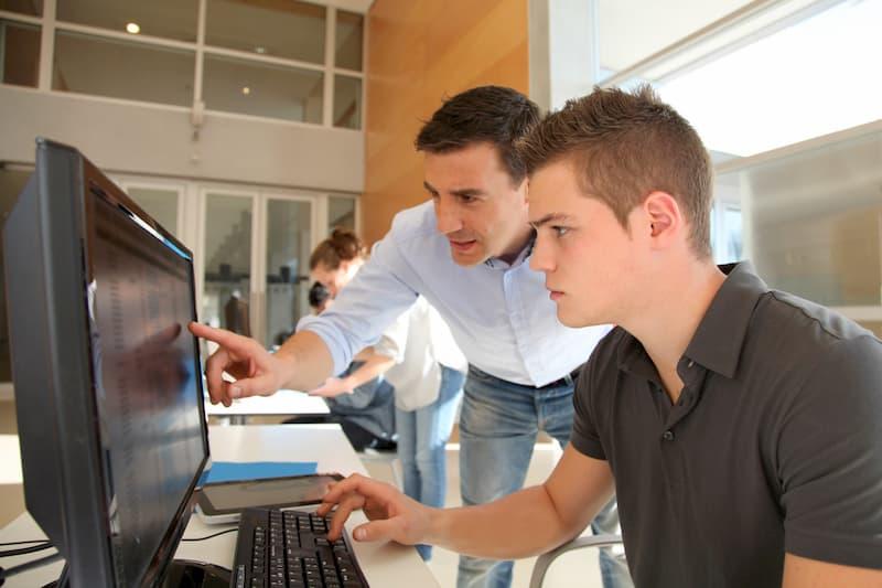Ein Mann macht eine Weiterbildung am PC, dies kann im Rahmen einer Bildungsteilzeit geschehen