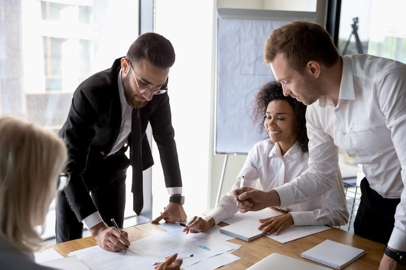 Vier Angestellte arbeiten motiviert in einer 4-Tage-Woche