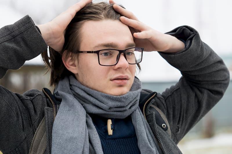Ein nachdenklicher, junger Mann hat Selbstzweifel