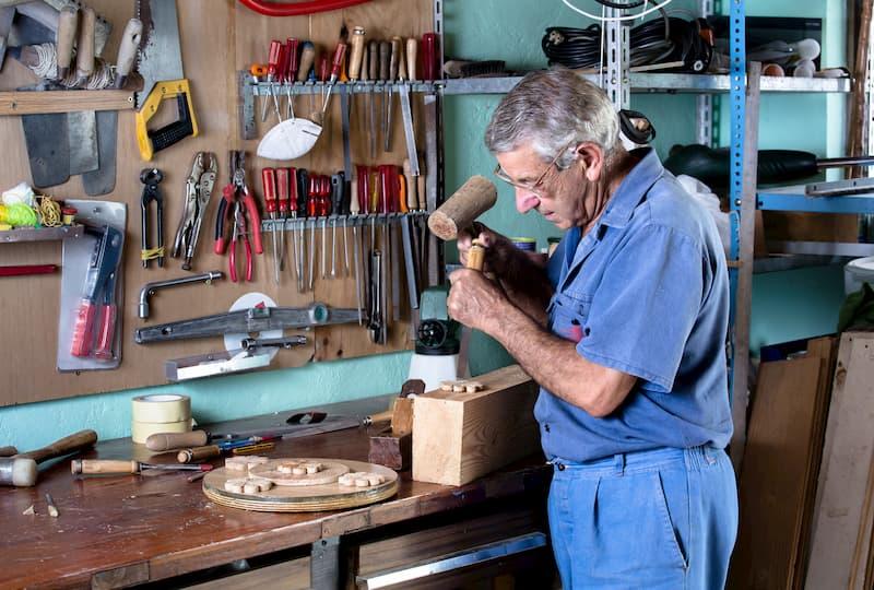 Ein Tischler arbeitet, er steht kurz vor dem Renteneintritt