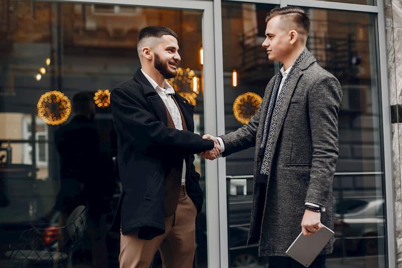 Ein Mann verabschiedet sich vom ehemaligen Chef nach ordentlicher Kündigung und schüttelt die Hand
