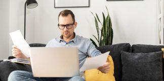 Ein Arbeitnehmer durchblickt seinen Arbeitsvertrag um seine Rechte und Pflichten nachzuvollziehen