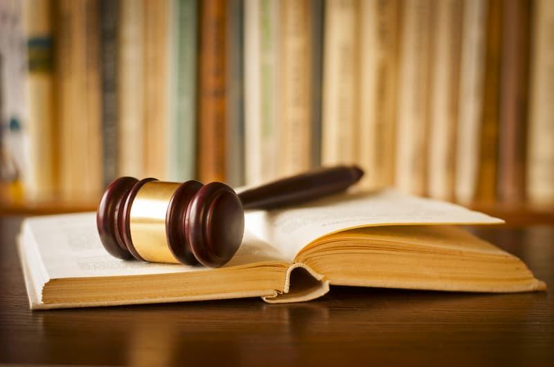 Ein Richterhammer und ein Buch, es beinhaltet das Arbeitszeitgesetz