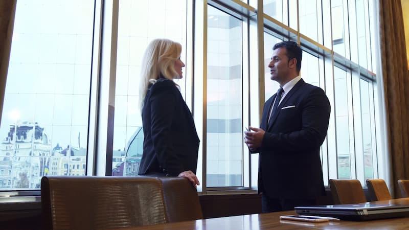 Ein Chef spricht gegenüber einer Angestellten eine Ermahnung aus