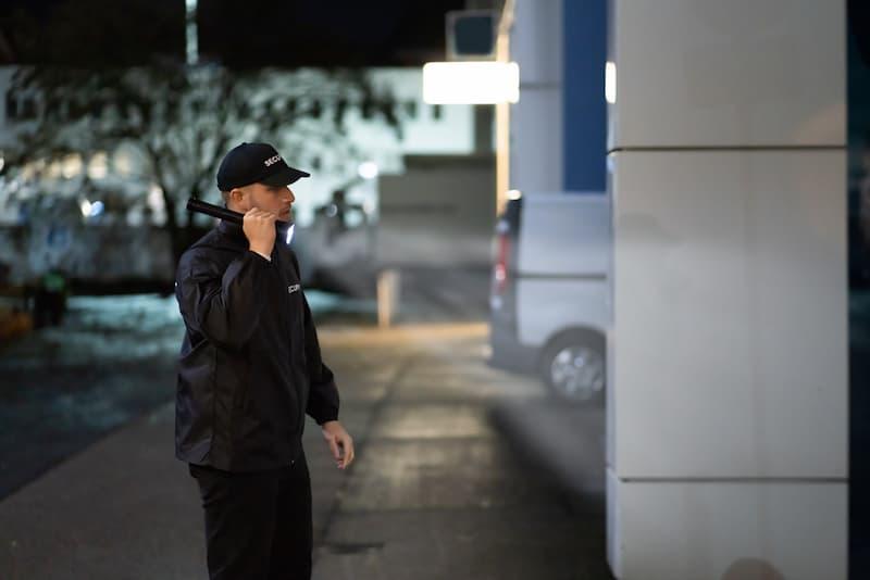 Ein Sicherheitsmann bei der Nachtarbeit, welche arbeitsrechtlichen Regeln gibt es?