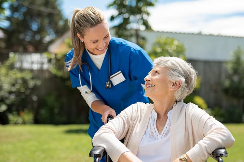 Eine Frau hilft in der Altenpflege, hier gibt es einen Fachkräftemangel