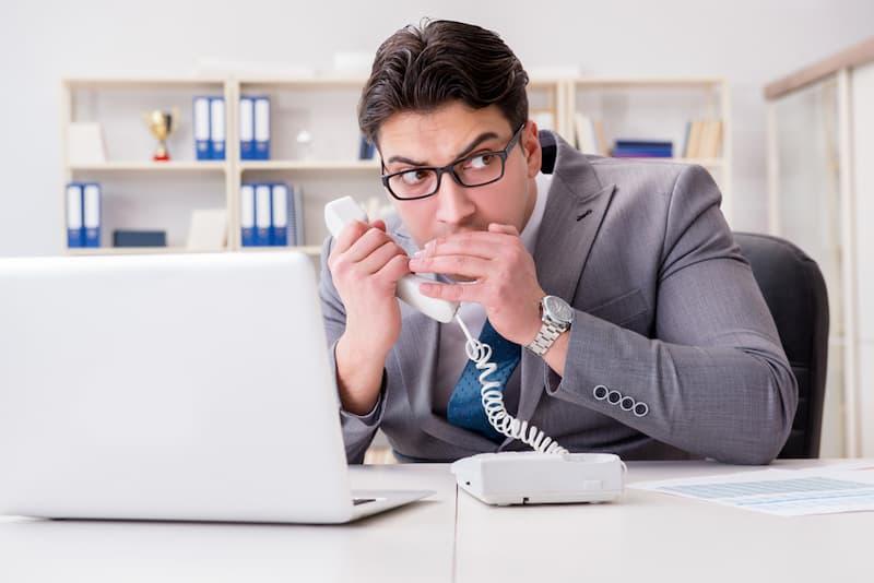 Ein Mitarbeiter verrät über das Telefon ein Betriebsgeheimnis