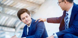 Ein Mann tröstet einen Kollegen, er zeigt Empathie