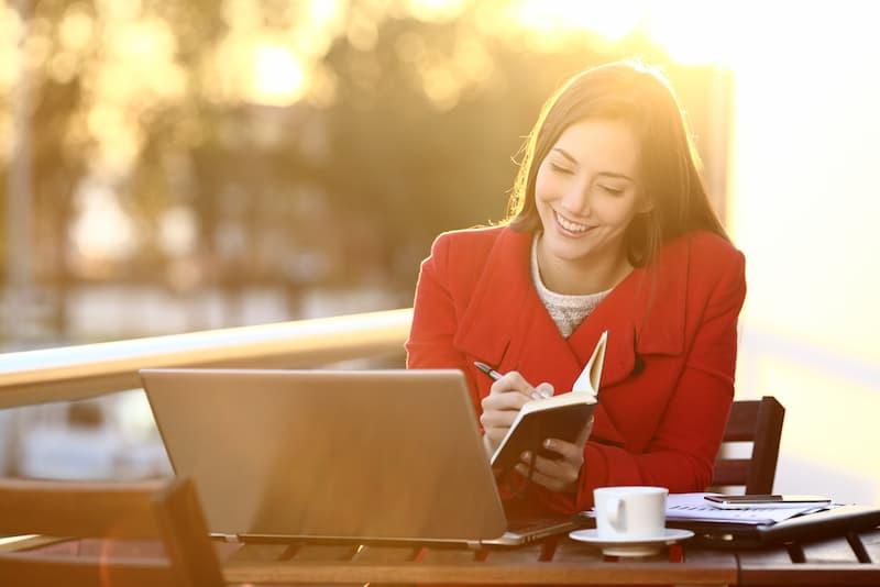 Eine Frau sitzt am Laptop und macht Crowdworking