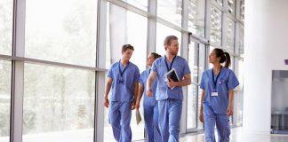 Menschen bei der Arbeit im Krankenhaus, hier gibt es Schichtarbeit