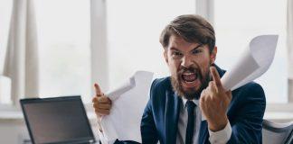 Ein Choleriker am Schreibtisch schreit