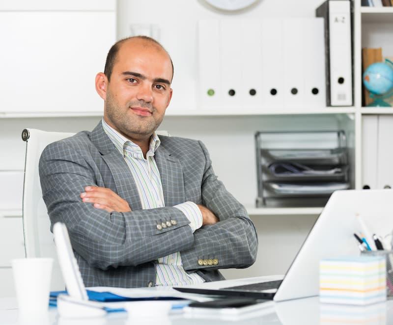 Ein Mann macht eine Umschulung zum Bürokaufmann