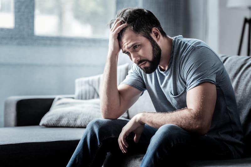 Ein Mann ist traurig, er befindet sich in einem Teufelskreis