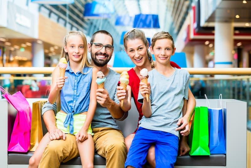 Eine Familie erhält Kindergeld und kann shoppen gehen
