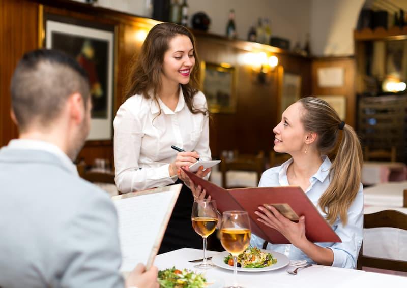 Eine Frau hat einen Zweitjob in einem Restaurant