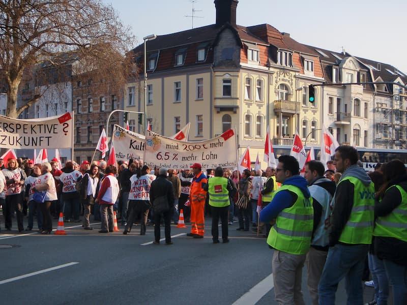 Menschen bei einem Streik auf der Straße
