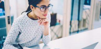 Eine Frau macht Notizen zu einem Resume