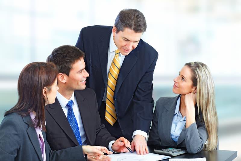 Ein Boss mit hoher sozialer Kompetenz redet mit seinen Mitarbeitern