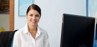 Eine Frau nach der Umschulung zur Verwaltungsfachangestellten
